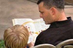 daddy-reading-behind-1432160-e1491948926277